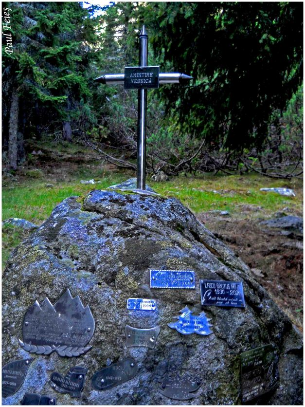 Un monument dedicat muntomanilor  plecati spre alte culmi.